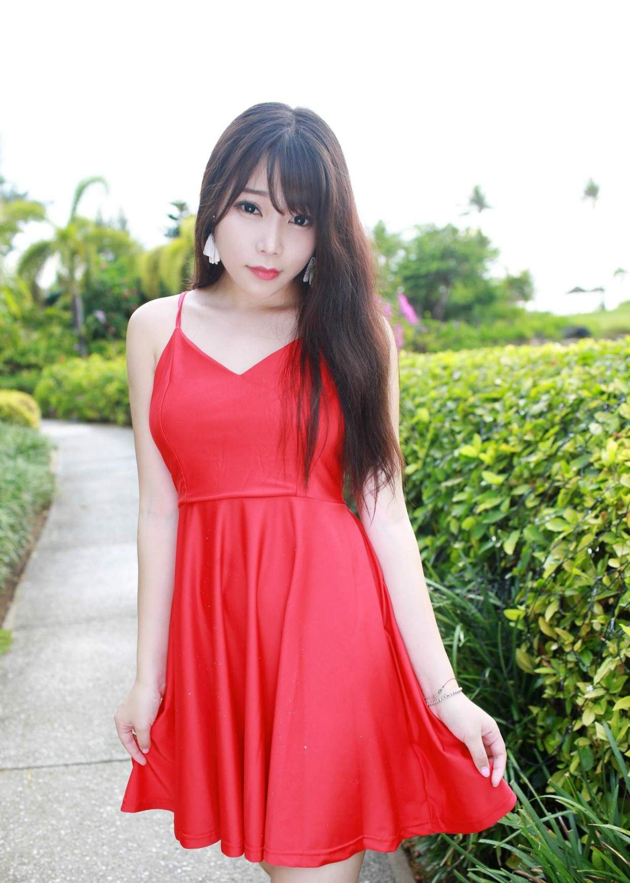 红裙长发气质华美,人称小柳岩