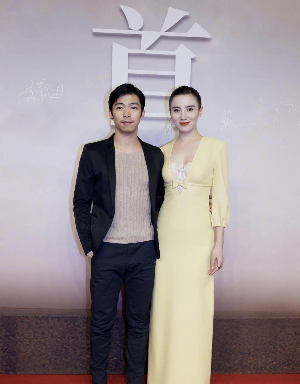 宋佳新造型太有女人味,出席新片首映礼,米黄长裙拼接白色蕾丝领