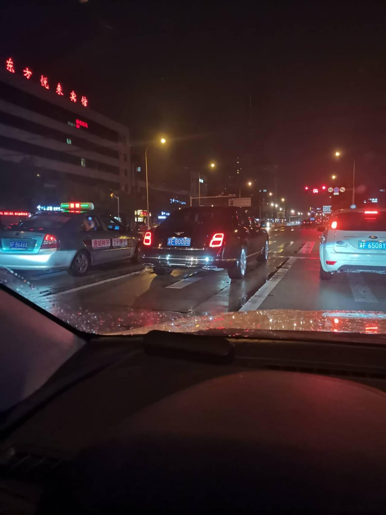 南通工农路实拍宾利慕尚,气场秒杀周围所有车!