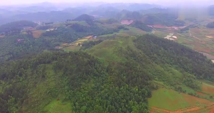 航拍贵州环境优美的大山,有山有农田,生活很方便
