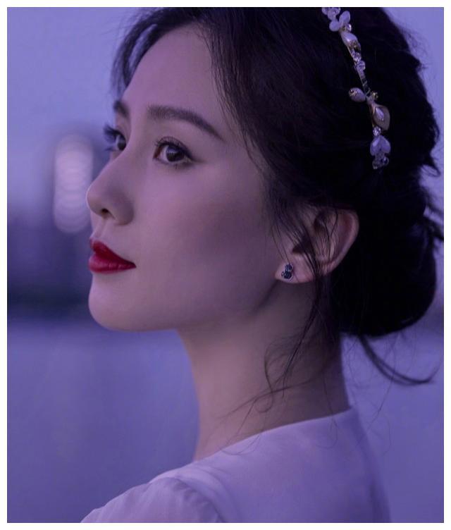 气质美人刘诗诗晒照,长发挽起配珍珠发饰,穿白色长裙宛若花仙子