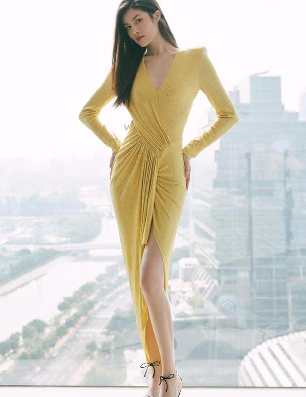 何穗不愧是超模,穿黄色V领开叉裙,身材窈窕