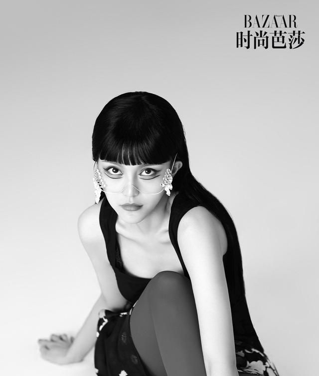 周扬青挑战黑色齐刘海造型,又飒又美!