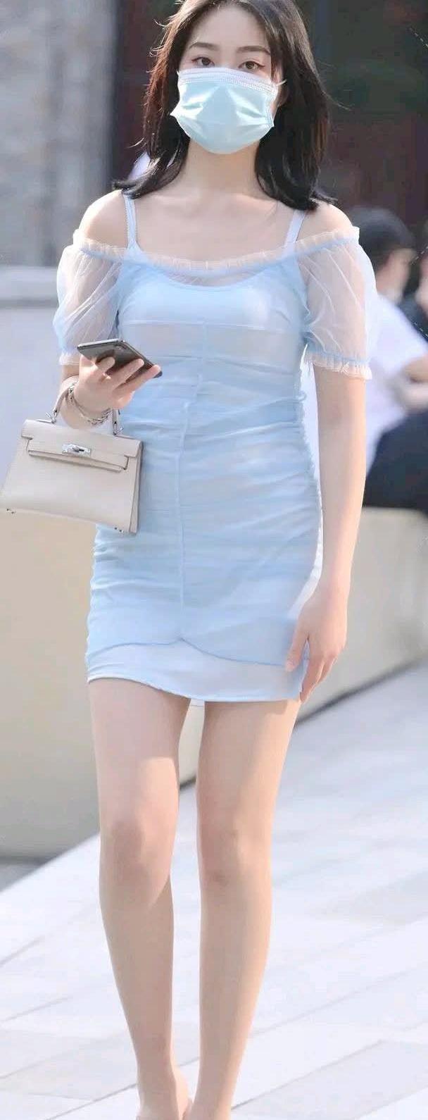 街拍;辣妈身穿一袭天蓝色连衣裙,晴空的蔚蓝,感受美的魅力