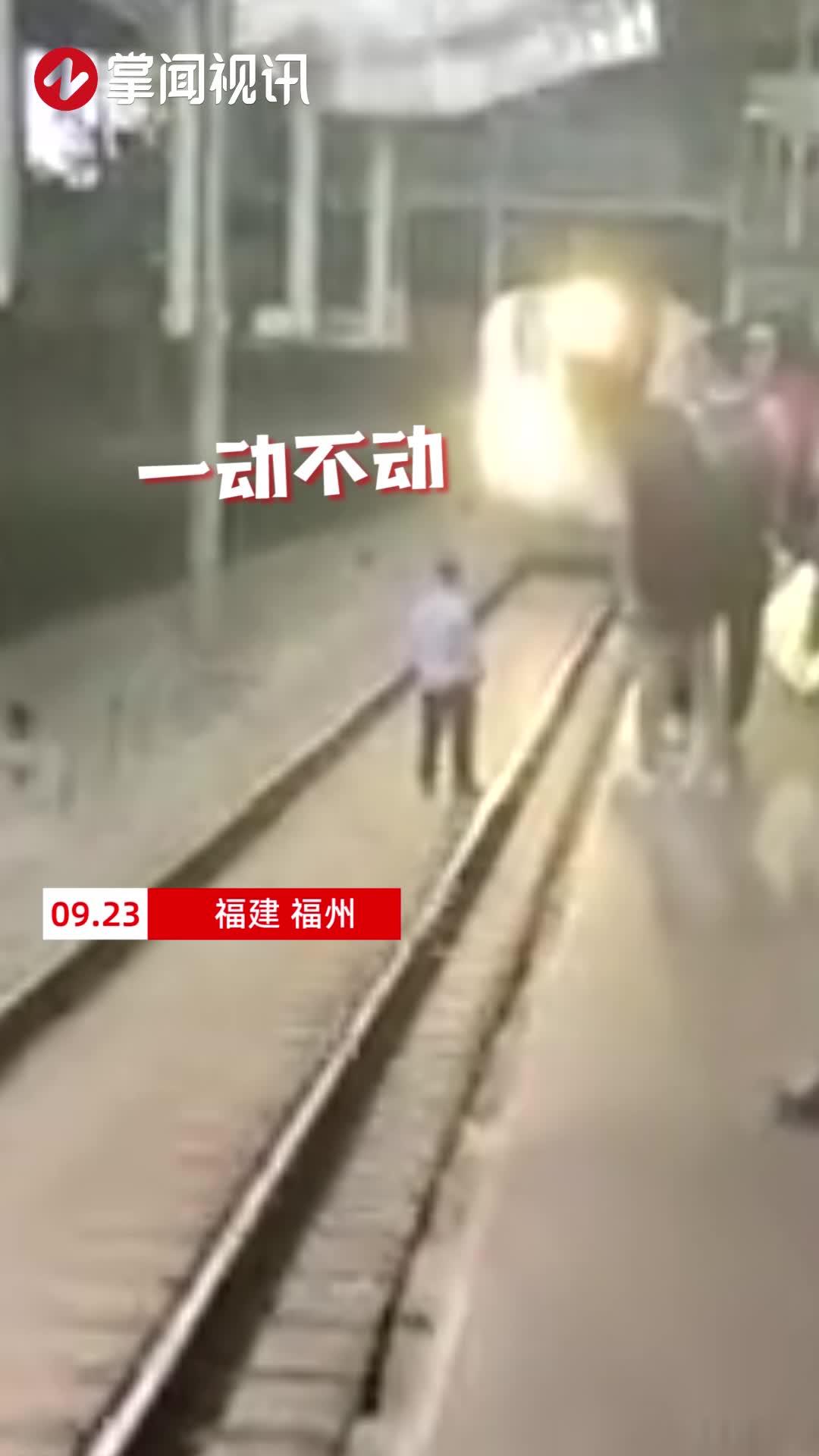 男子突然跳下站台与动车对峙,进站动车紧急制动,旅客吓得大叫!