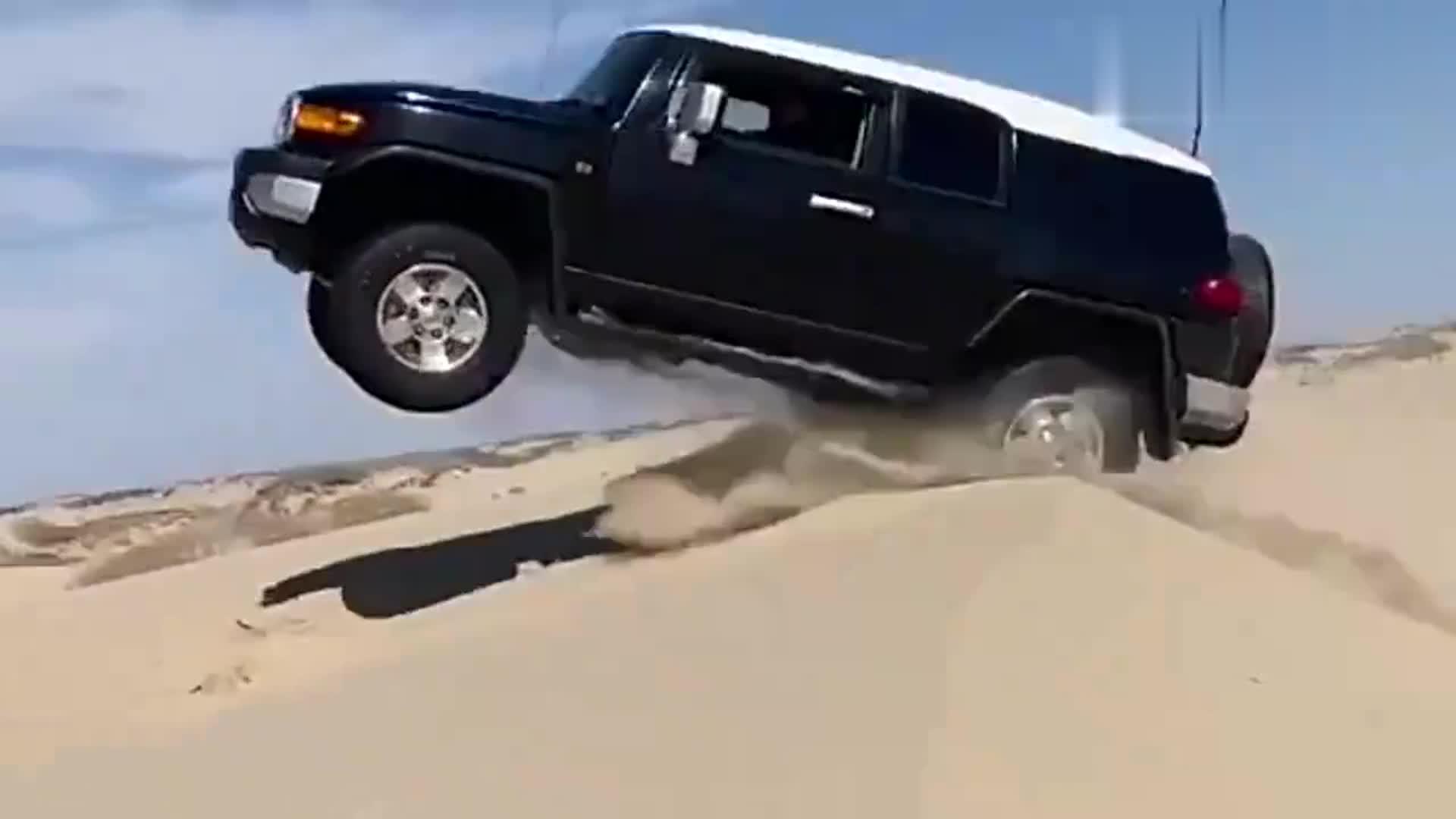 沙漠玩越野你是专业的,5秒后精彩瞬间发生!