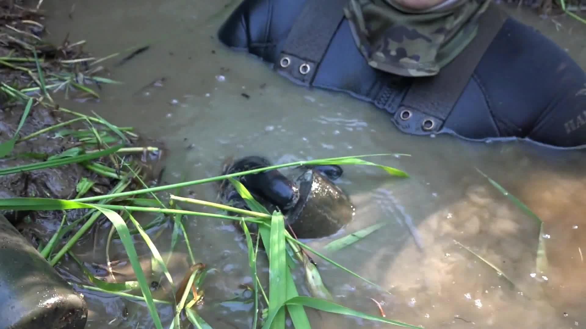 """河流中找到的二战遗物,有点像手榴弹,但是越看越像""""机油滤芯"""""""