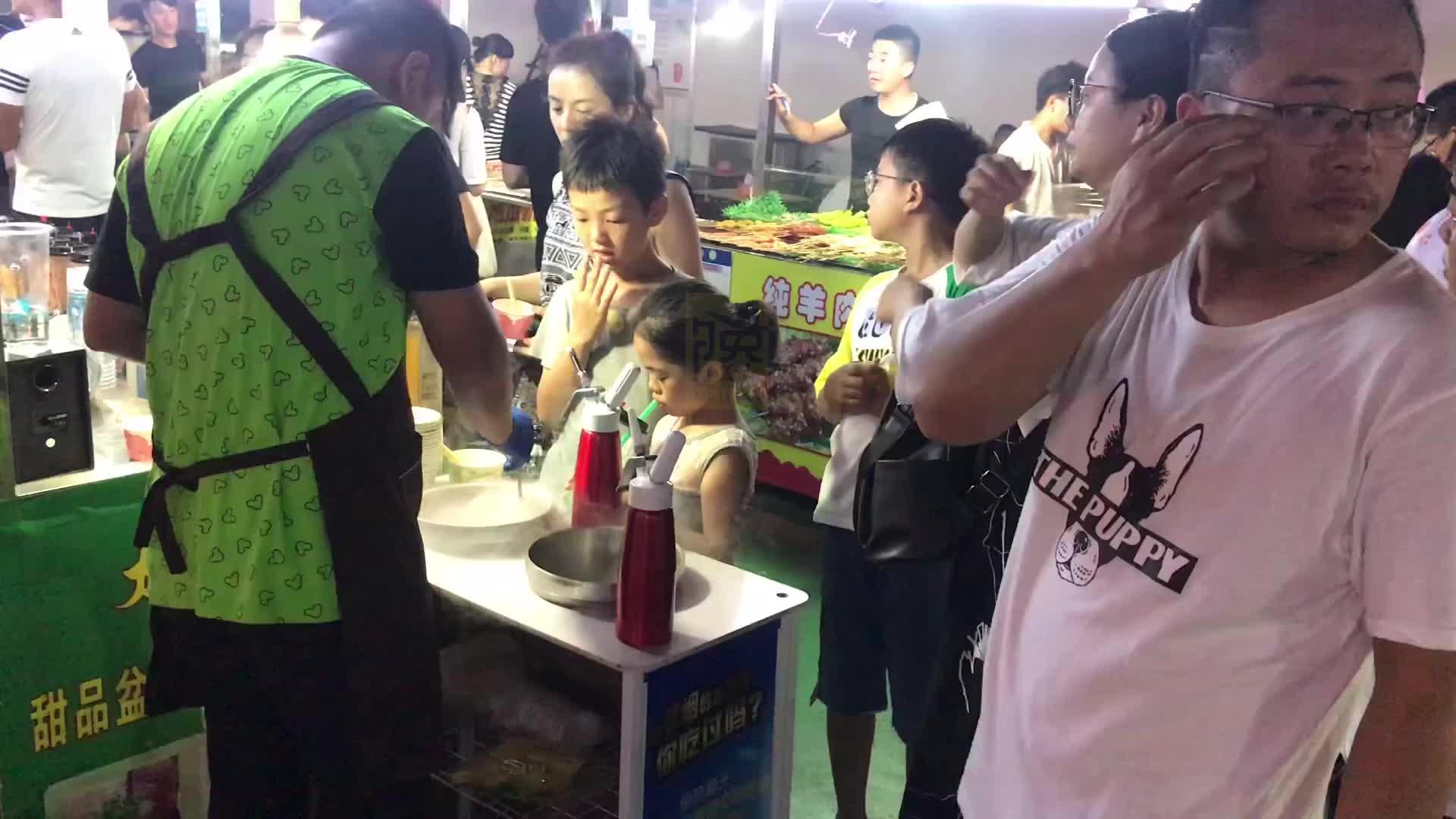 1平米的摊位卖冒烟冰激凌,山东小伙生意火爆,大人小孩挤满小摊