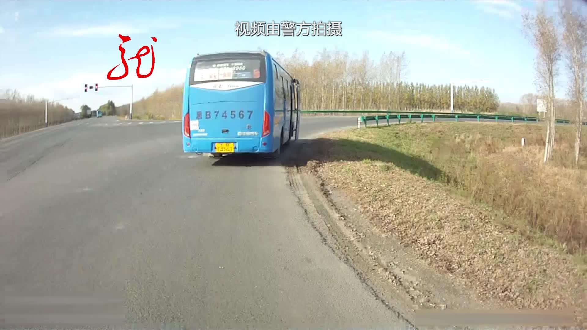 大客车超载16人 被交警查获 司机受到严厉处罚