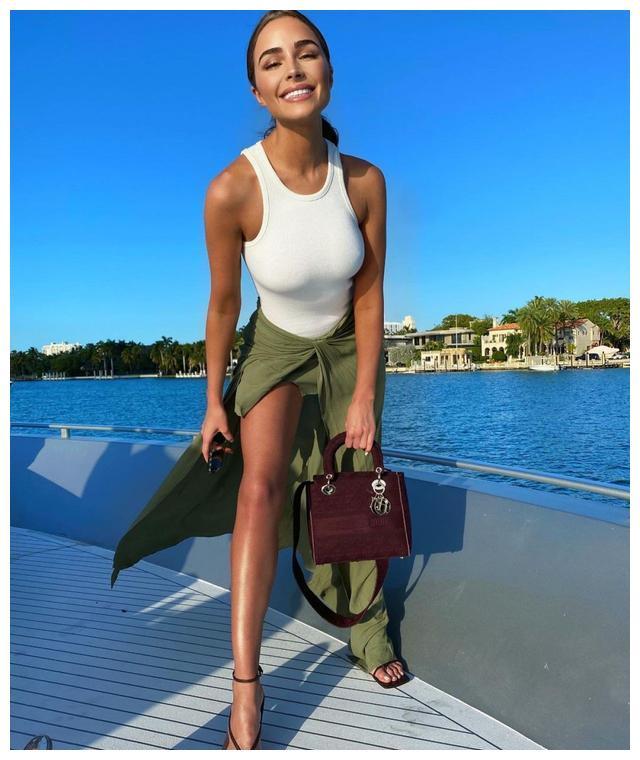 女星奥莉维亚·库尔普身穿白色背心的社交媒体自拍照