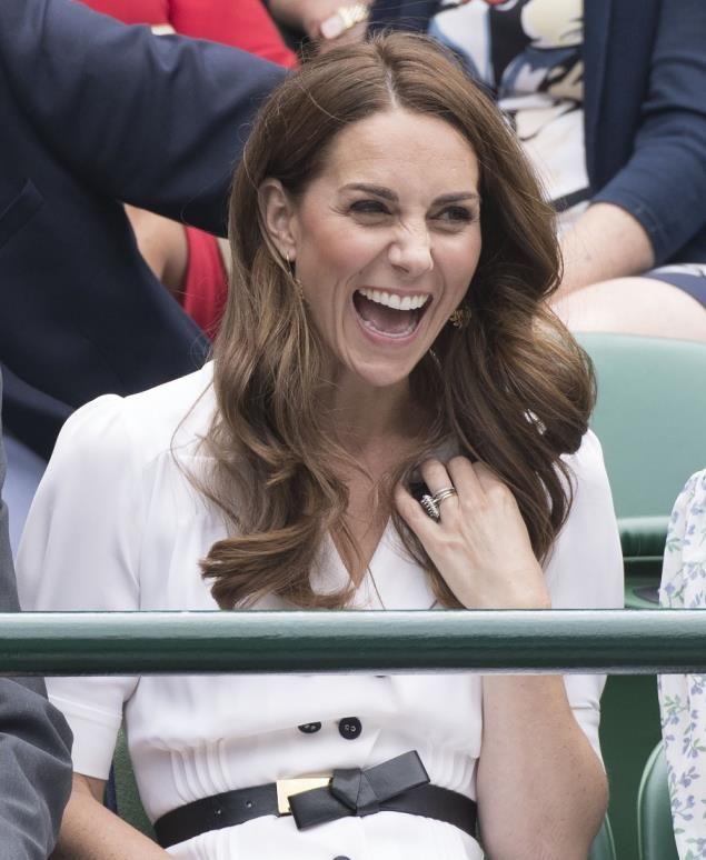 """凯特王妃不顾王室形象作""""鬼脸"""",动作幅度夸张,表情怪异"""