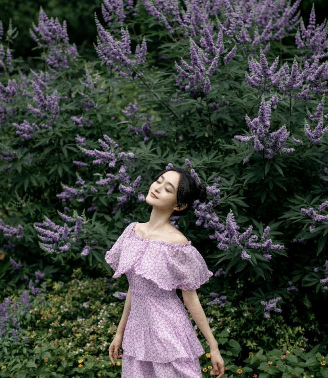 何泓姗的笑容好治愈!穿紫色碎花连衣裙秀性感迷人锁骨,好仙好美