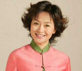 54岁鞠萍姐姐罕见现身老态明显,满头白发双下巴瞩目