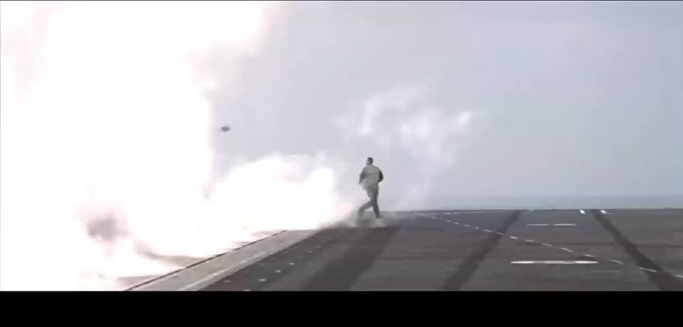 航母弹射器弹射橄榄球,也只有舰载机飞行员想得出来!