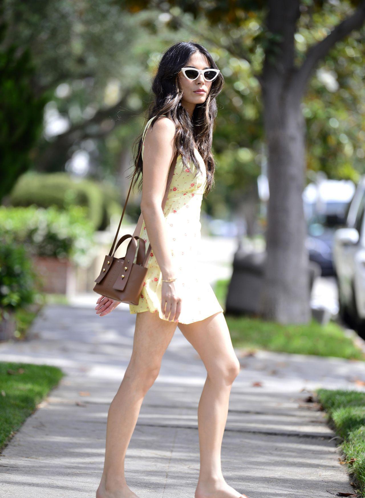 夏天来了!女星杰西卡·戈麦斯一袭黄色裙子大秀美腿,清凉美丽