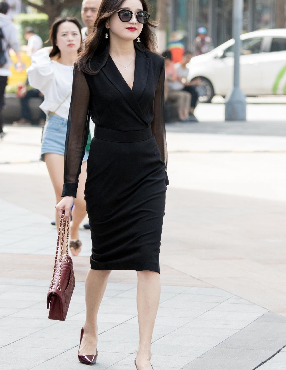初秋穿搭,时尚女生偏爱过膝裙,舒适大方还能让造型变优雅