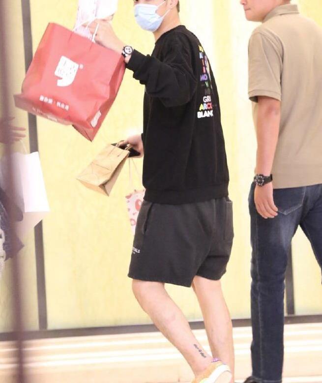 吴亦凡穿太阳花T恤与粉丝挥手,简约时髦,发电站主理人呆萌可爱