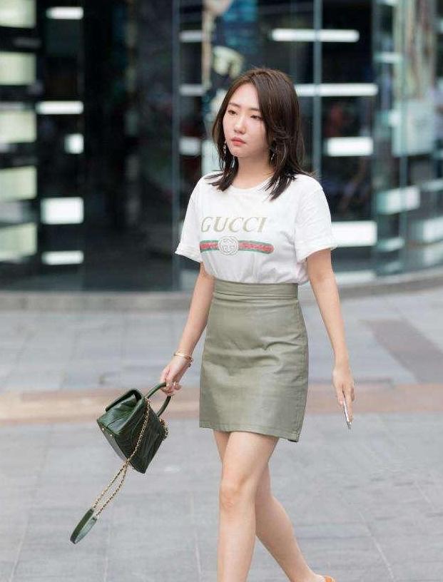 街拍:小姐姐腰细腿长,穿着露脐装,长相也非常甜美可爱!