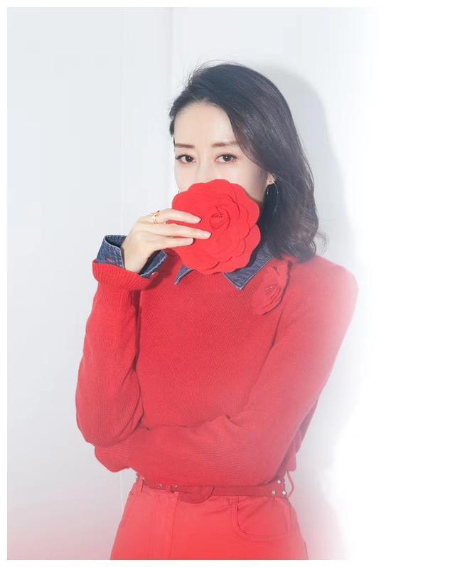 刘敏涛一席红色裤装 帅气迷人