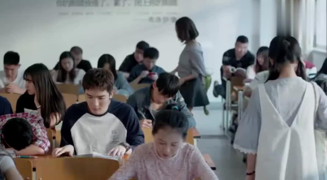 杨宇为别人留座,呆萌小纯自作多情陷入尴尬,这也太傻了吧
