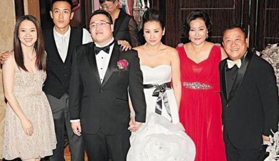 曾志伟夫妇同框,朱锡珍一袭红色礼服裙气场足,夫妻身高差是亮点