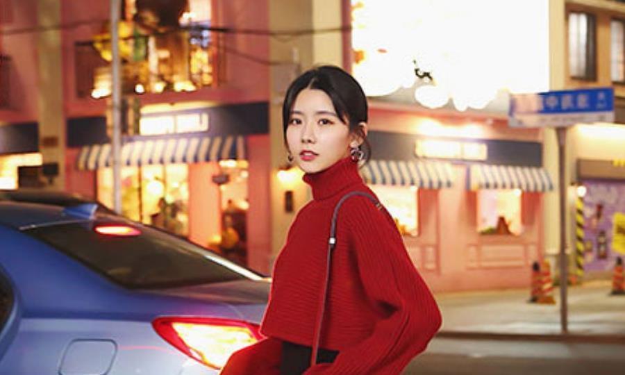 今年冬季女装色彩的流行趋势,红黄蓝黑四种配色,让女性穿出靓丽