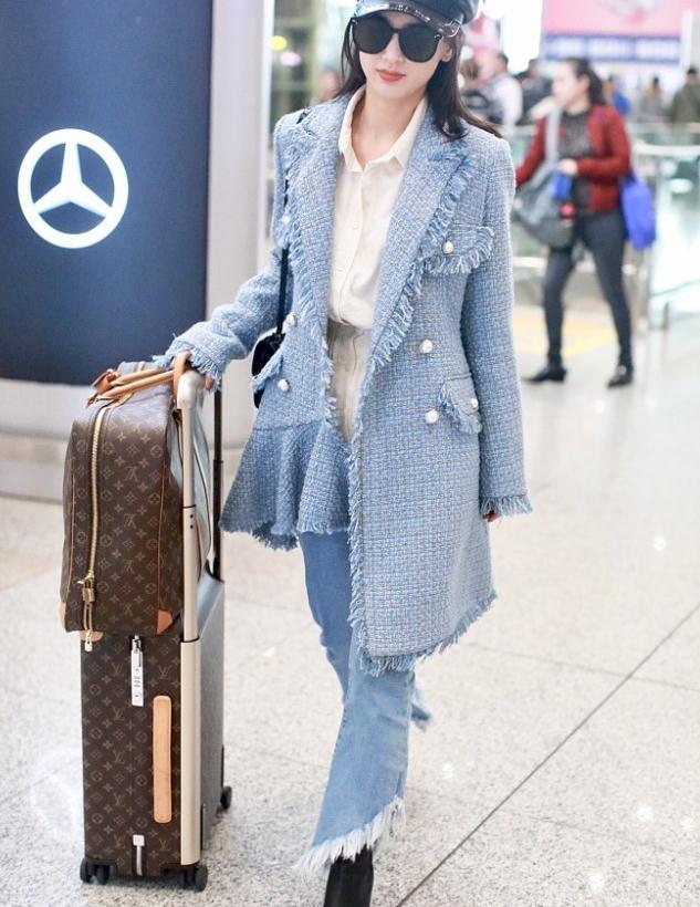 黄圣依街拍:粗毛呢花边大衣喇叭牛仔裤Hermes单肩包LV行李箱
