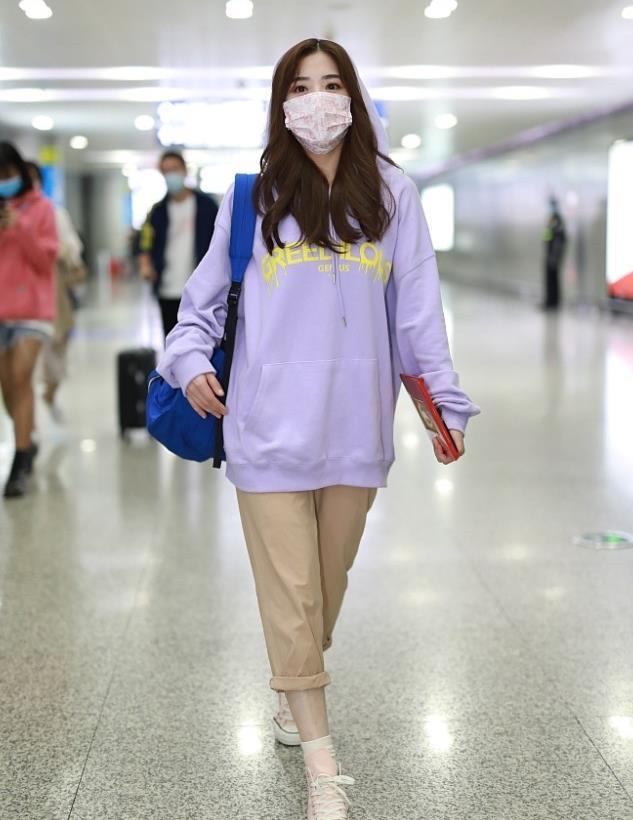 张含韵街拍:香芋紫帽衫Converse帆布鞋甜美娇俏