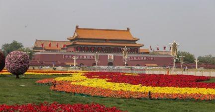 五一节日第一天北京天安门广场周边游客不减往日