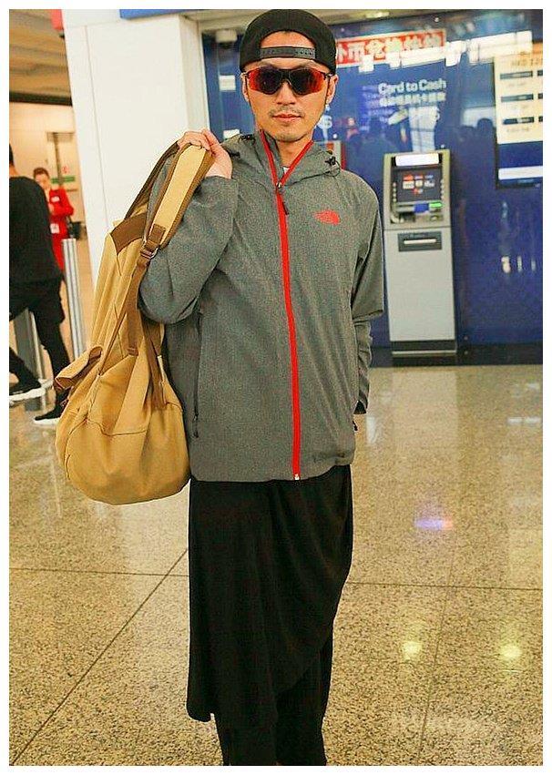 谢霆锋机场穿人字拖溜达,可裙子才是亮点,网友是偷穿王菲的吧