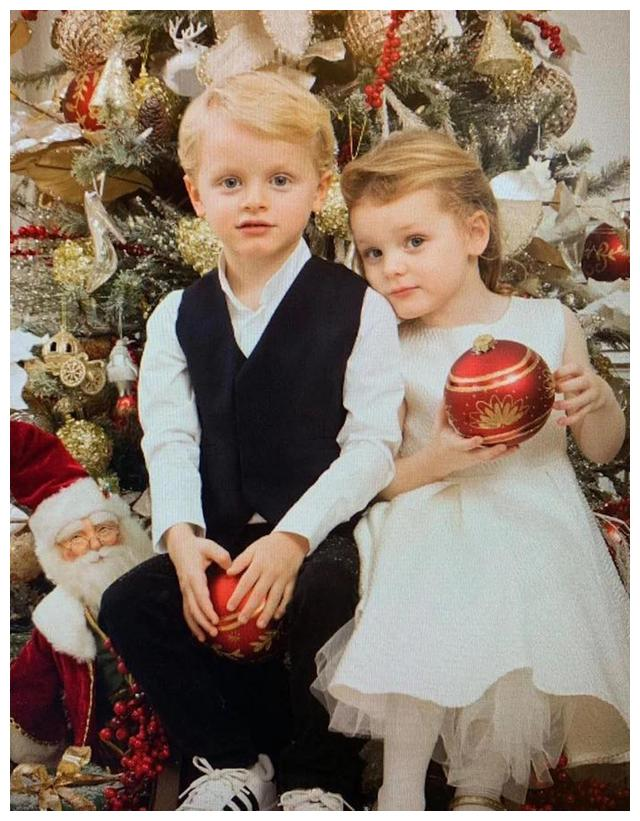 摩纳哥龙凤胎新照,5岁王储弟弟更得父母偏爱,沙发盘坐像小正太