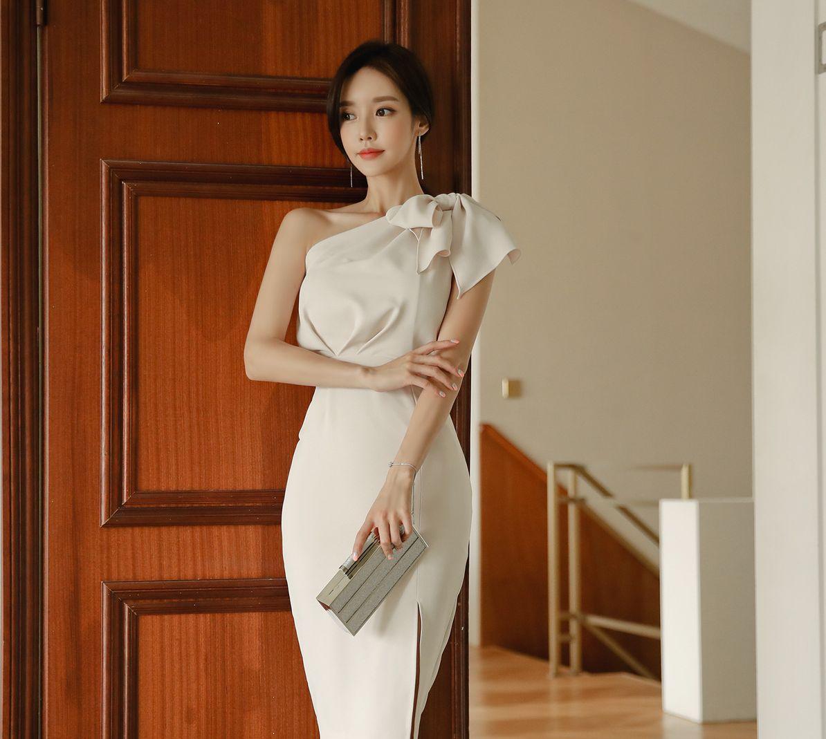 孙允珠高清美图:枫丹白露奶油丝光斜肩晚礼裙