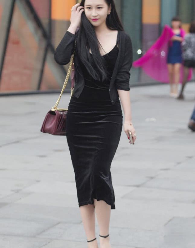 高颜值女孩,华贵的黑色连衣裙配着金边的太阳镜太迷人了