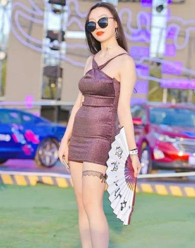 街拍:美女身穿挂脖连衣裙,魅力的紫,散发着无穷的美丽