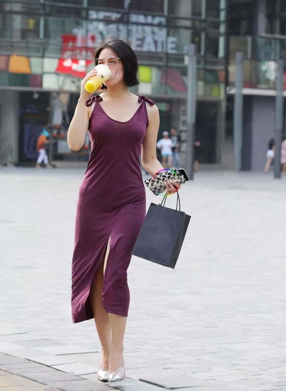 连衣裙的穿搭合身又不紧身,神秘韵味十足,又有优雅小知性