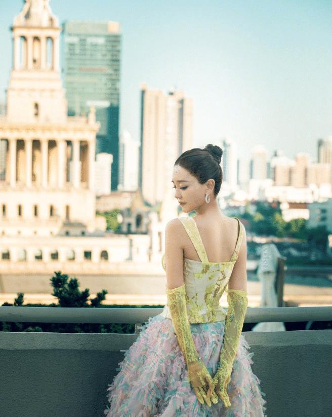 海陆终于让人惊艳了一回!穿拼色礼服很是高贵典雅,彩色裙摆超美