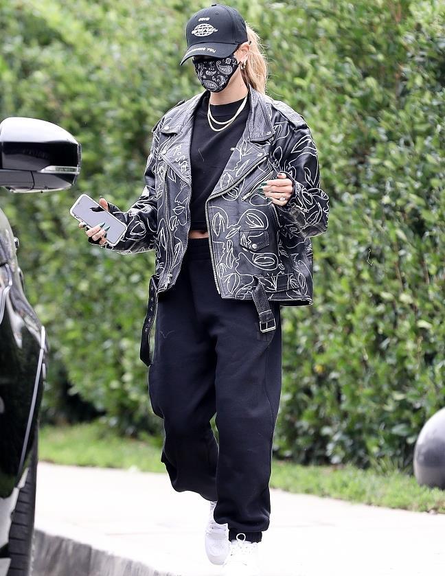 海莉·鲍德温穿印花皮衣外出访友