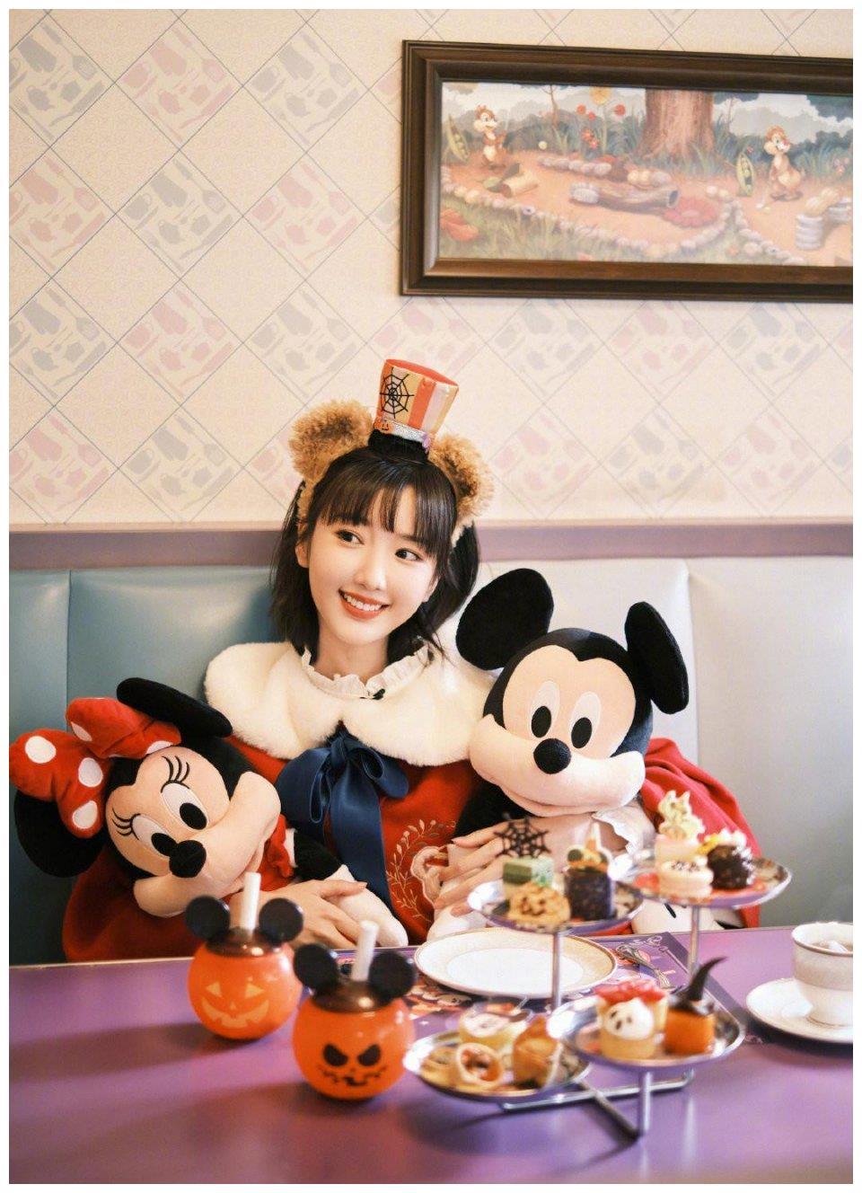 毛晓彤迪士尼公主造型来袭,齐刘海短发配红色宝宝服,俏皮又可爱