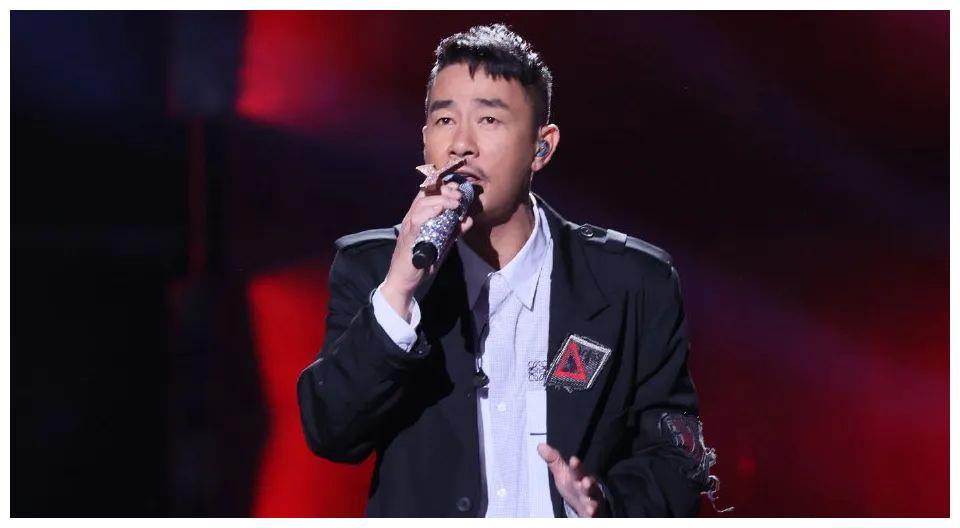 影视综歌都有代表作,看了《我们的歌》才发现陈小春被低估了!
