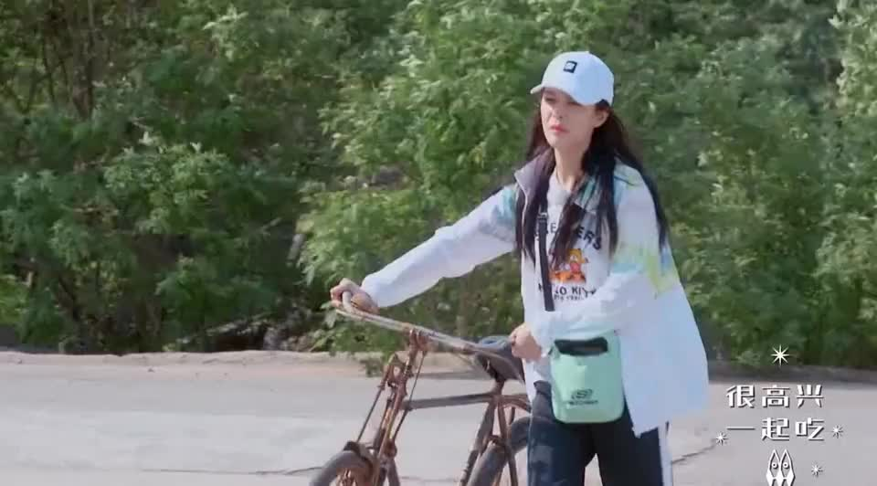 李紫婷骑单车不会转弯,傅菁吓得跳车