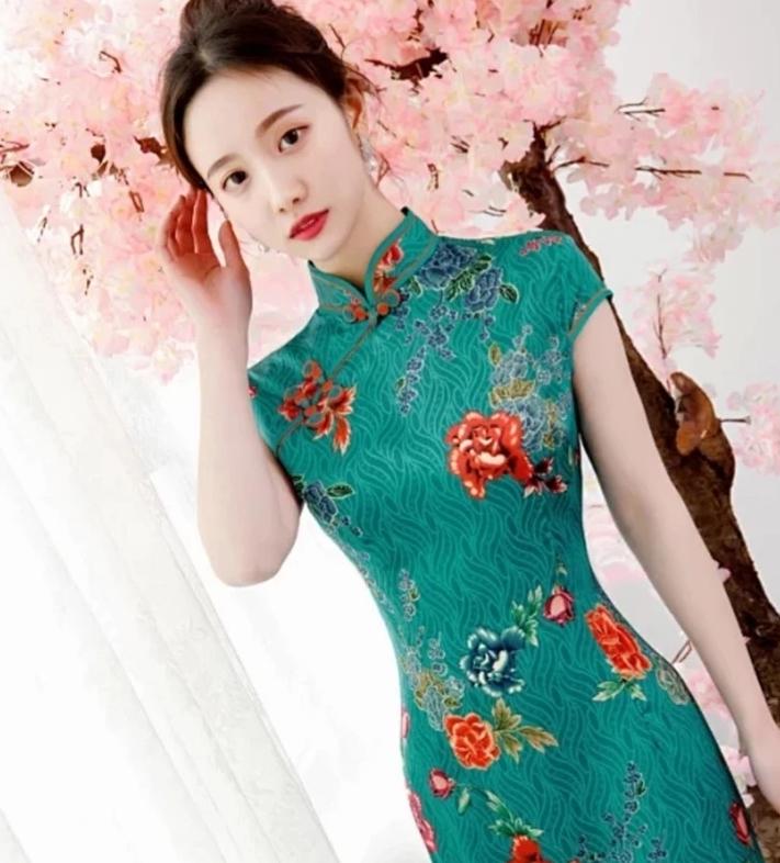 时尚少女丝绸旗袍,修身款式,美的俏丽生姿!