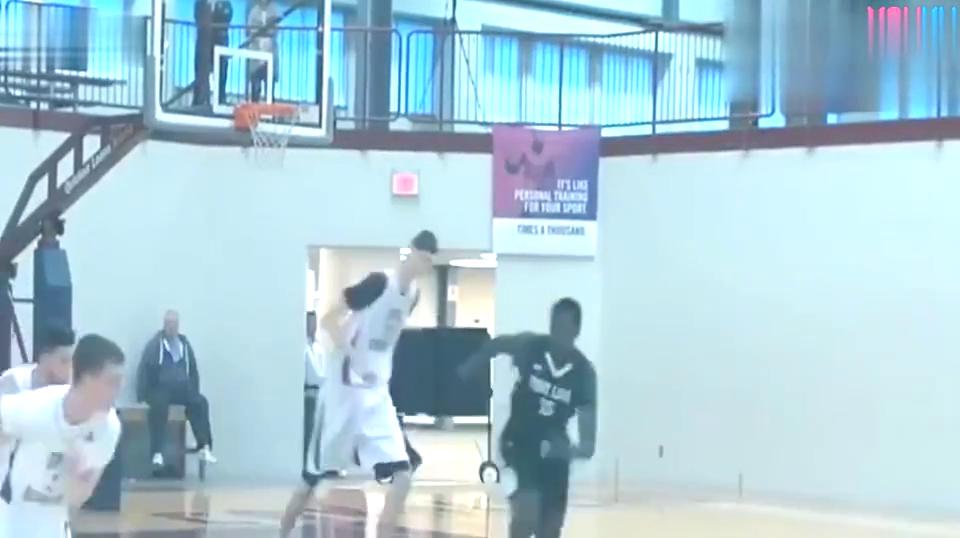 精彩美国男孩长得比姚明还高看他打篮球就像一具移动的骨架!
