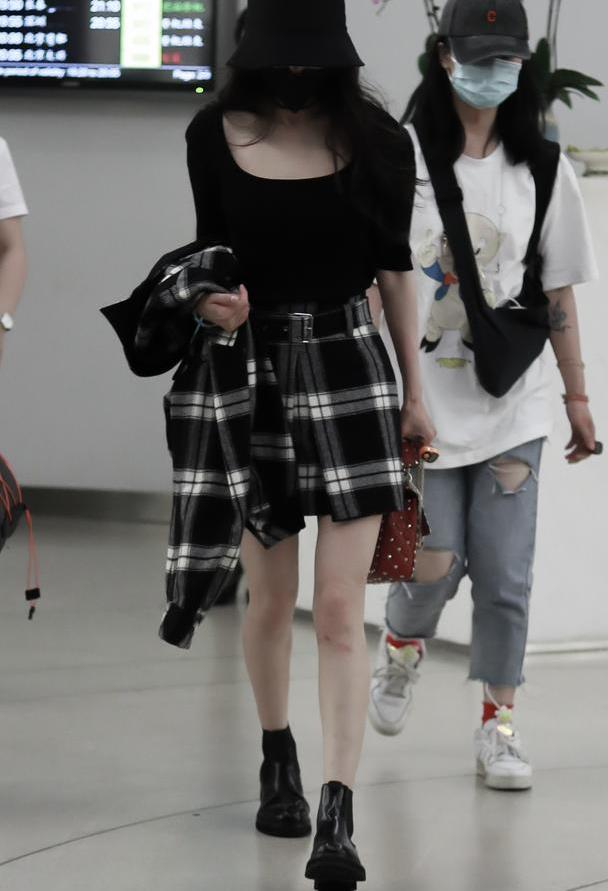 杨幂不惧流言现身机场,短裙少女感十足,你独立的样子真美