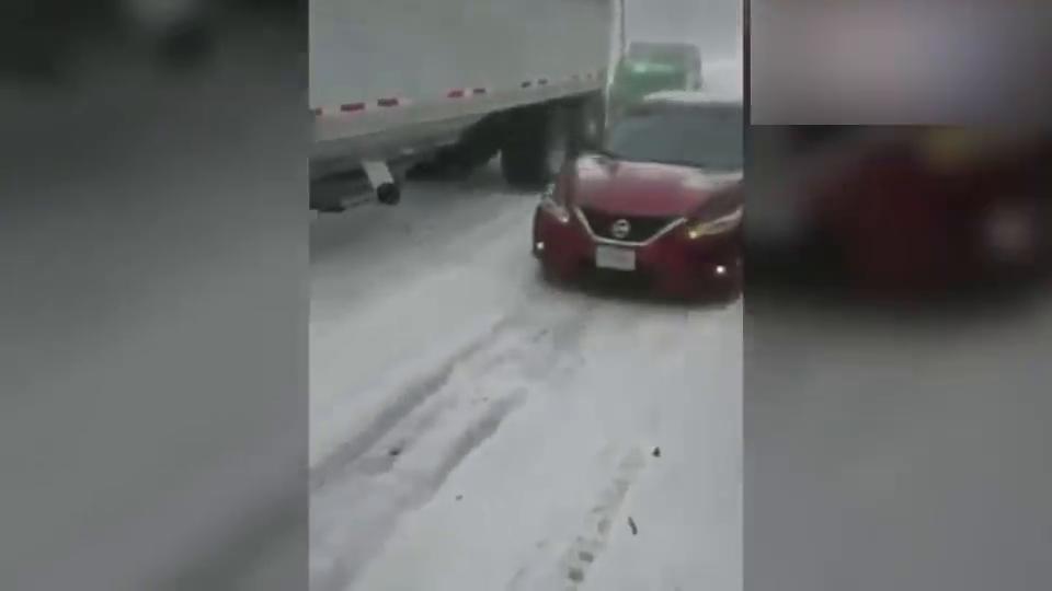 国外高速大雪,几十辆车发生连环相撞,高速变成了废铁场