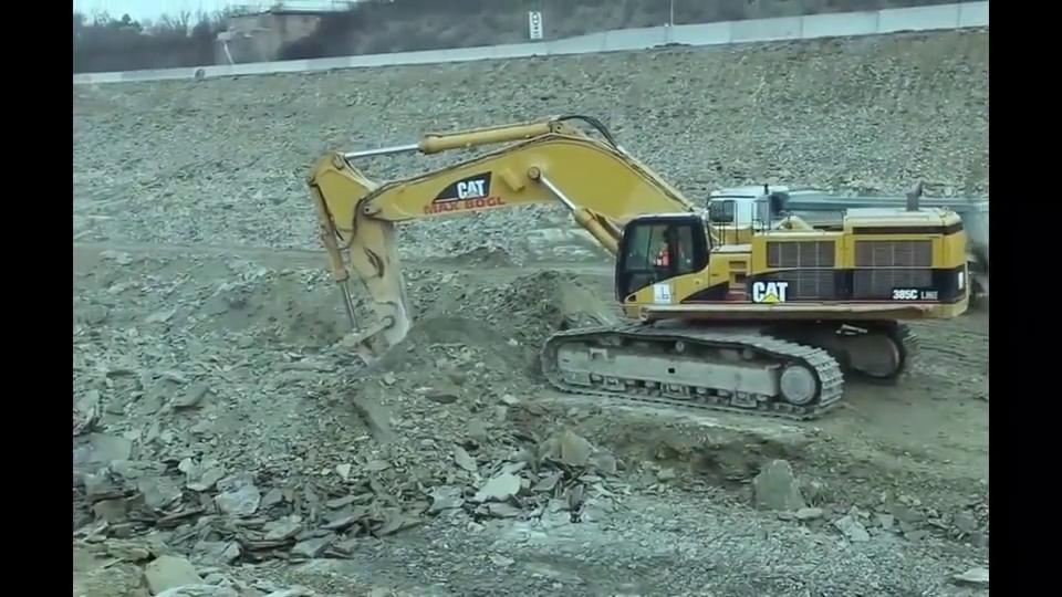 卡特385挖掘机配上单钩,这力量,隔着屏幕都颤抖