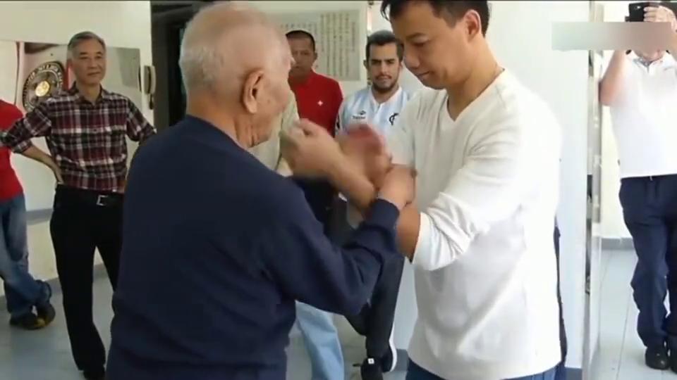 小伙子欺负咏春拳宗师叶问之子93岁的叶准,快速出拳逼进结果呢?