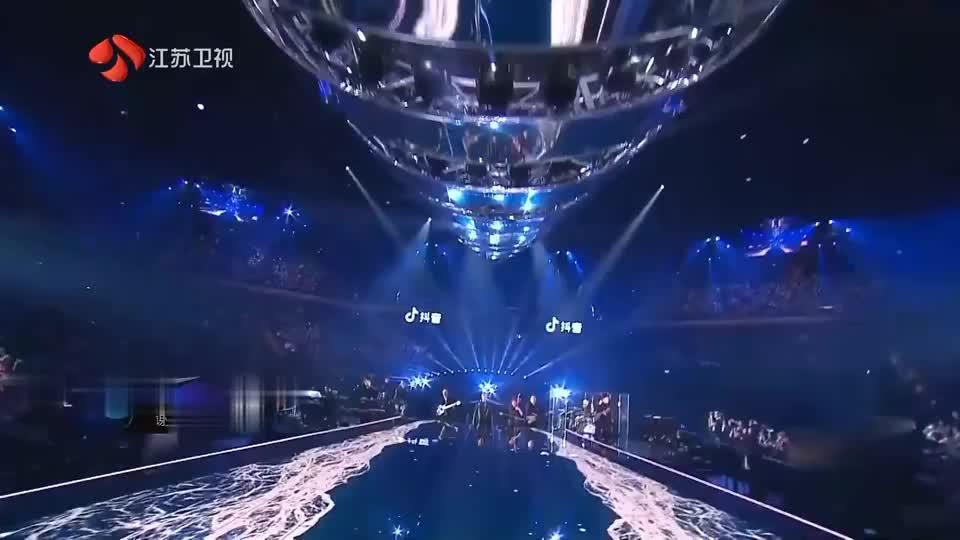 《跨年演唱会》谢霆锋演唱《谢谢你的爱2019》气场全开,超好听!