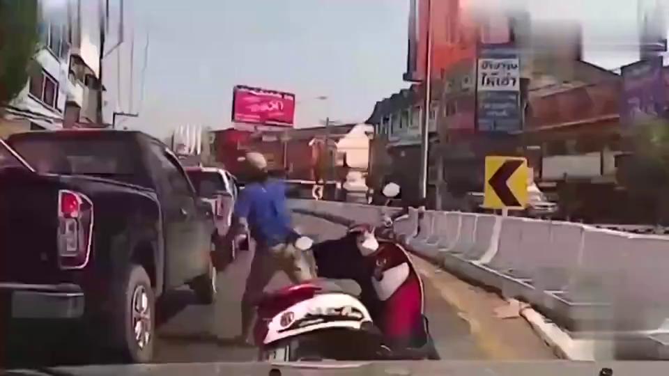 不满汽车按喇叭拿砖头砸车窗后,被围殴