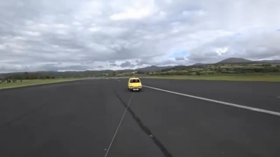 小轿车装上螺旋桨,它能飞起来吗国外牛人冒险尝试!