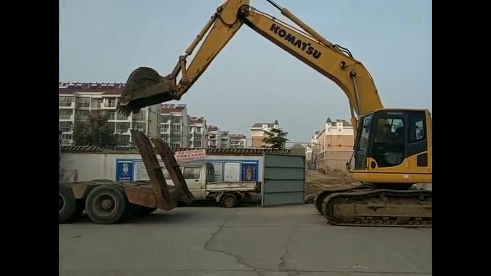 挖掘机自助上专车,这技术必须打100分!
